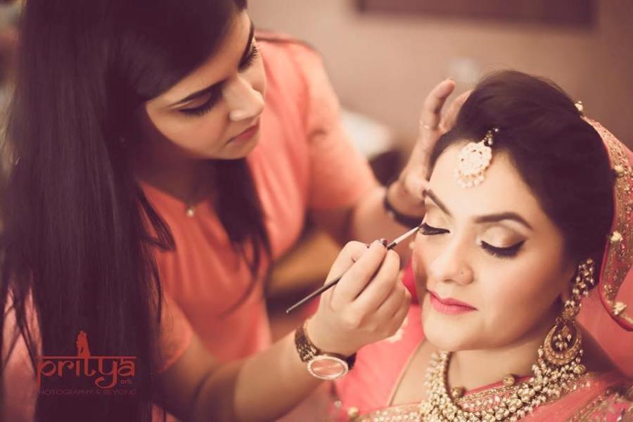 bridal-makeup-artist-astha-khanna-applying-makeup